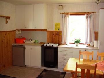 Stugan är utrustad med gasolanläggning i form av kylskåp, spis och kamin.