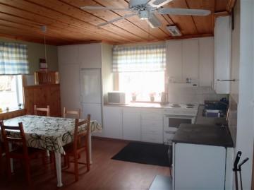 Stugan har kök för självhushåll, toalett och dusch.